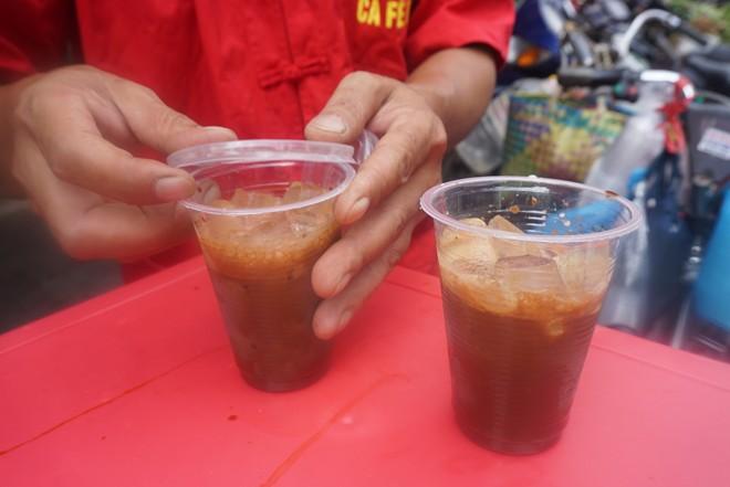 Cà phê dạo có nhiều loại: đen, nâu, nóng, đá đều đồng giá 10.000 đồng/ly.