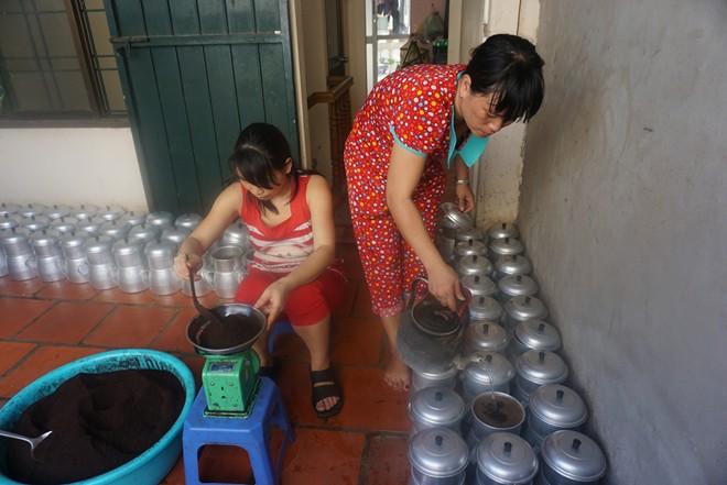 Cà phê được vợ anh Thời cùng nhân viên pha phin và đóng chai sẵn tại nhà, giao cho các thành viên trong đội cà phê dạo đi bán vào sáng sớm và tối.