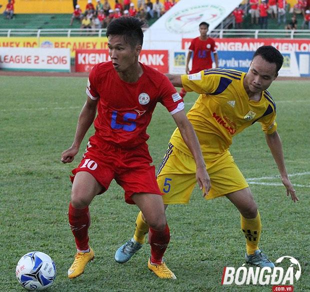 TP.HCM (đỏ) - Nam Định (vàng) sẽ có cuộc chiến không khoan nhượng trên sân Thiên Trường. Ảnh: Đình Viên.