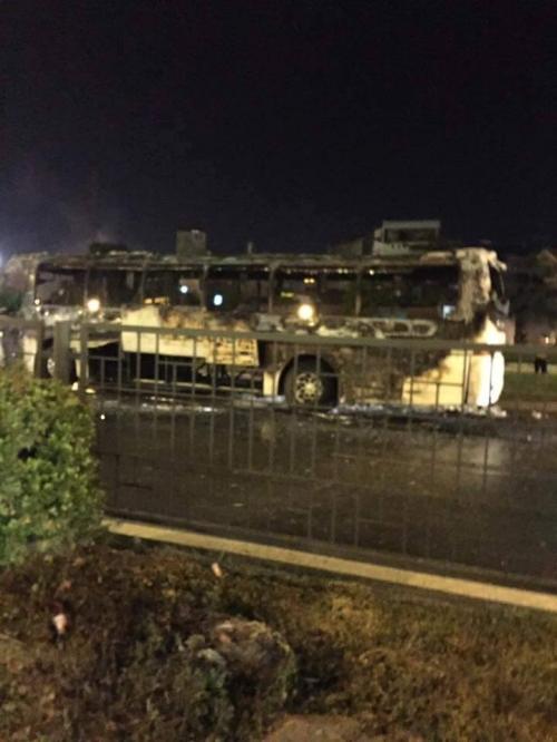 Chiếc xe khách bốc cháy còn trơ khung sắt gần bến xe Nam Định: (Ảnh: CTV).