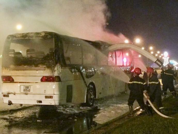 Lực lượng cứu hộ đang tiến hành dập lửa chiếc xe khách 45 chỗ bất ngờ bốc cháy khi lưu thông trên địa bàn TP. Nam Định