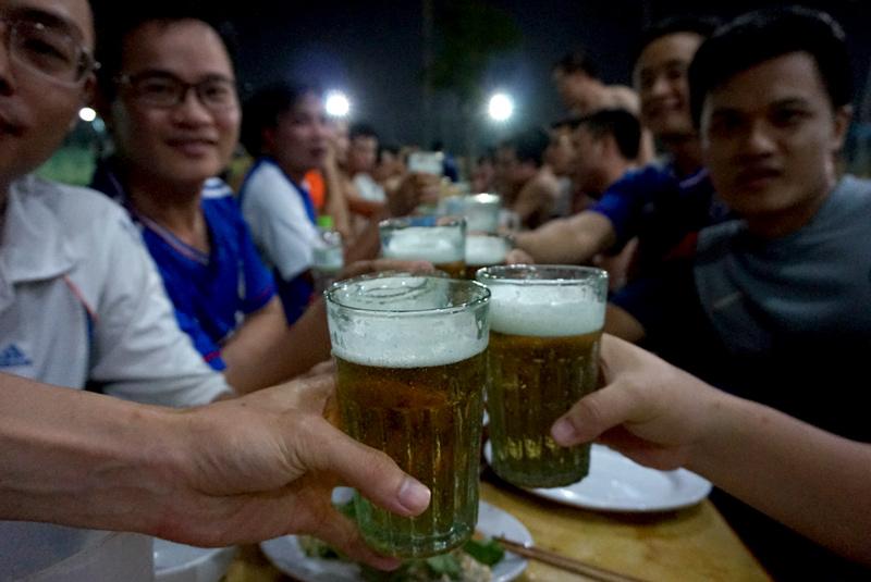 Kỳ lạ là loại cốc tái chế thô kệch này hiện nay chỉ sử dụng ở các quán bia hơi Hà Nội, không nơi đâu kể cả vùng sản xuất được người dân dùng đến