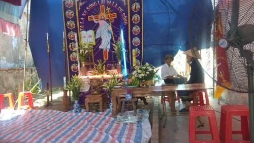 Gia đình làm tang lễ cho người xấu số.