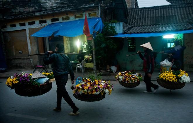 Người dân nơi đây lúc nào cũng hối hả với những công việc quen thuộc như tỉa cành, tuốt lá, cắt hoa, cho đến bán hoa.