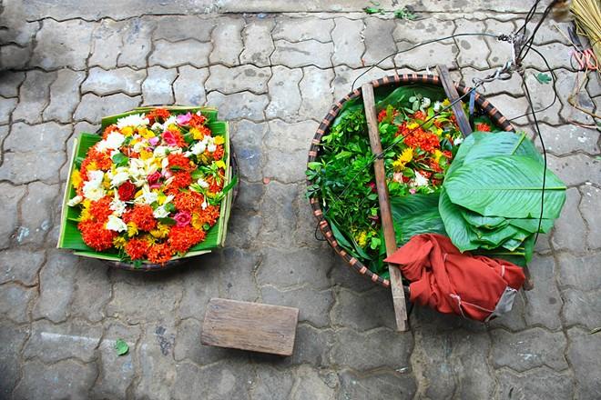 Vào dịp ngày rằm mồng một thì không thể thiếu những gói hoa cúng.