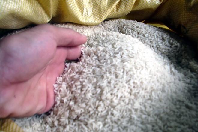 Sợ gạo ướp hóa chất, dân Hà Thành tìm đủ mọi cách để mua được gạo quê chính gốc.