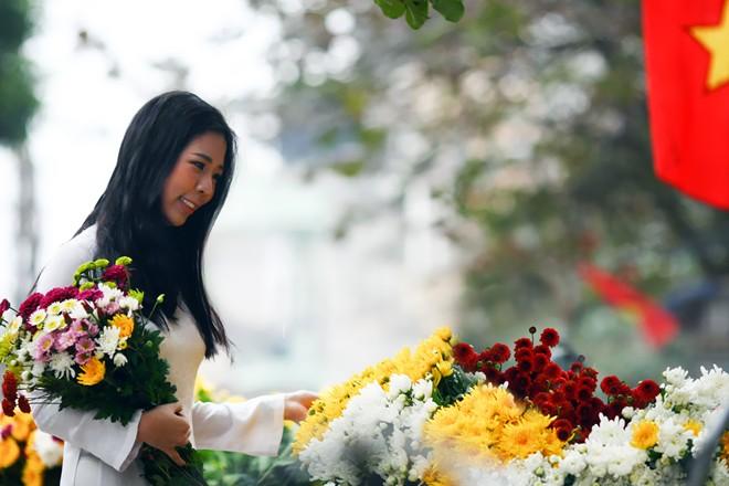 """""""Mỗi khi có dịp ghé Nam Định tôi cũng có nán lại để chọn cho mình những bó hoa đồng nội, loại này không còn nhiều tại Hà Nội"""" chị Hoài ở quận Ba Đình chia sẻ."""