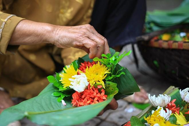 Những bông hoa màu sắc khác nhau nhưng phải là hoa ngát (có hương thơm) như huệ, hồng, quế, ngọc lan, hoàng lan, móng rồng, ngâu, sói, thiên lý mẫu đơn, vạn thọ...tùy theo mùa gói trong những tàu lá dong, lá chuối xanh mướt bởi cọng rơm vàng.