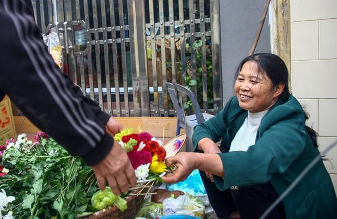 """Bà Nguyễn Thị Liễu tâm sự: """"Tôi về làm dâu Phù Long đã 30 năm và cũng là 30 năm rong ruổi với gánh hoa khắp các ngõ ngách thành phố Nam Định. Tôi có thể thuộc lòng từng khách thích hoa gì, khi nào cần thay hoa""""..."""