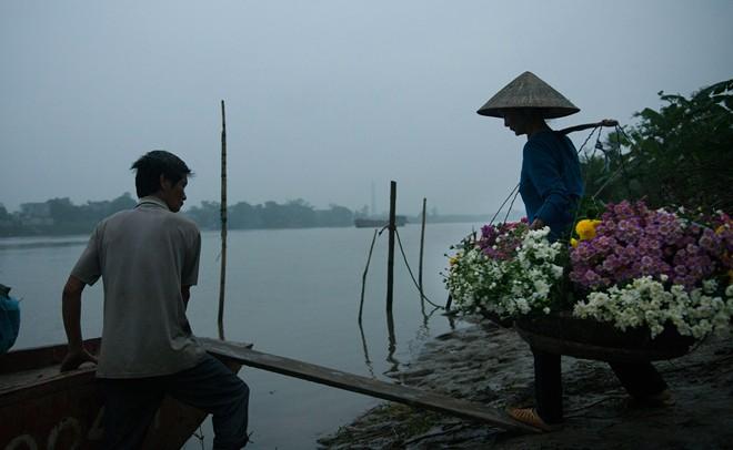 Xã Nam Phong chỉ cách trung tâm thành phố con sông Đào. Hoa được các chị em gánh gồng lên đò đi bán vào mỗi buổi sáng sớm.