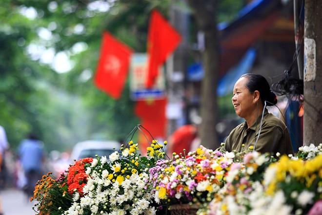 """""""Cứ gần hết lại điện cho chồng hoặc con chuyển hoa ra bán tiếp. Chỉ thế này thôi mà nuôi sống cả gia đình và 3 đứa con ăn học nên người đấy chú ạ"""", bà bán hoa nói."""