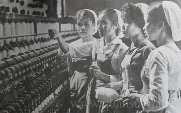 Tổ sản xuất vải may dù phục vụ không quân thời kháng chiến chống Mỹ.