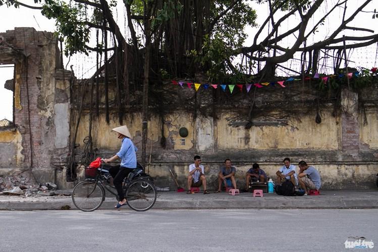 Những quán trà hòm được bán quanh nhà máy dệt Nam Định đang dần biến mất. Khi nhà máy này đang bị đập bỏ - Ảnh: NAM TRẦN