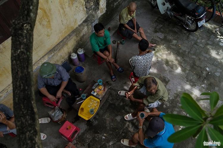 Những người bán nước trà cho biết ngày trước quán trà được bán theo ca của những công nhân nhà máy dệt nhưng hiện nay trà được bán cả ngày và đông nhất khách thường là sáng sớm và chiều muộn - Ảnh: NAM TRẦN