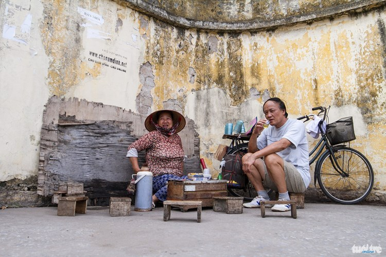 """Bà Liên """"béo"""", 59 tuổi là một trong những người phụ nữ bán trà ở đây 11 năm, trước đây bà cũng là một trong những công nhân kỹ thuật của nhà máy - Ảnh: NAM TRẦN"""