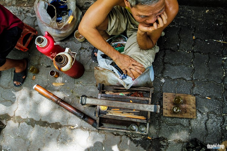 Những người bán trà hòm hiện nay cạnh nhà máy dệt chỉ còn đếm trên đầu ngón tay. Trà hòm dần mất đi nhưng dường như nó sẽ sống mãi trong kí ức người thành Nam. Nó giờ đây là hương vị quê hương, là tuổi trẻ của bao người - Ảnh: NAM TRẦN