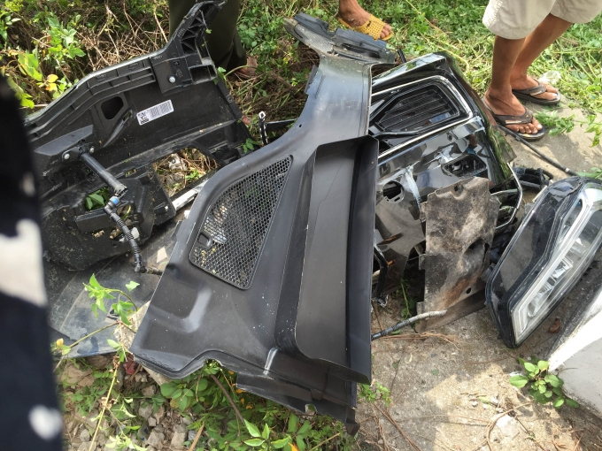 Phần đầu xe ô tô đã bị dập nát.