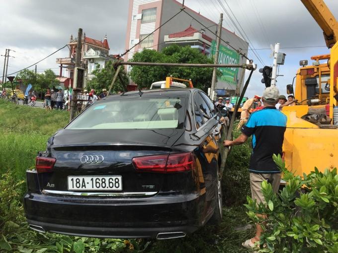 Chiếc ô tô đã được lực lượng cứu hộ đưa lên bờ.