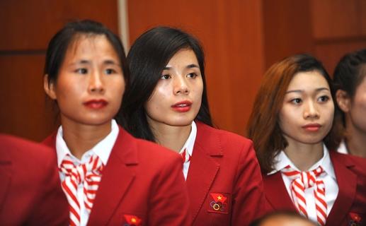 Nguyễn Thị Huyền (giữa) trong đội hình đội tuyển quốc gia.