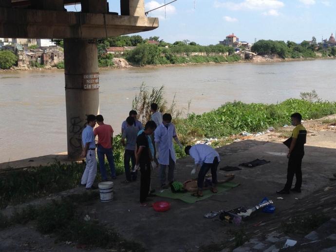 Cơ quan chức năng khám nghiệm tử thi để xác định nguyên nhân người đàn ông tử vong trên cầu Đò Quan