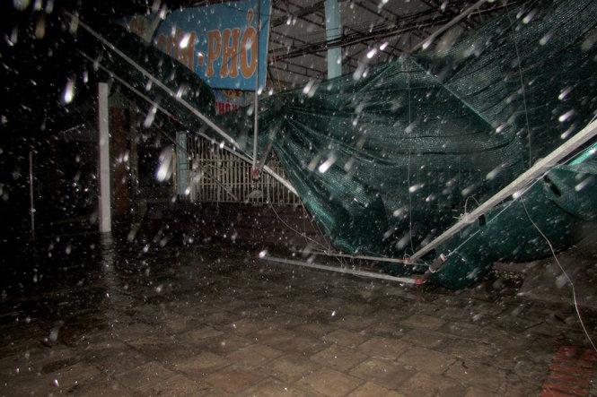 Gió giật mạnh khiến nhiều mái nhà, biển hiệu bị tốc mái