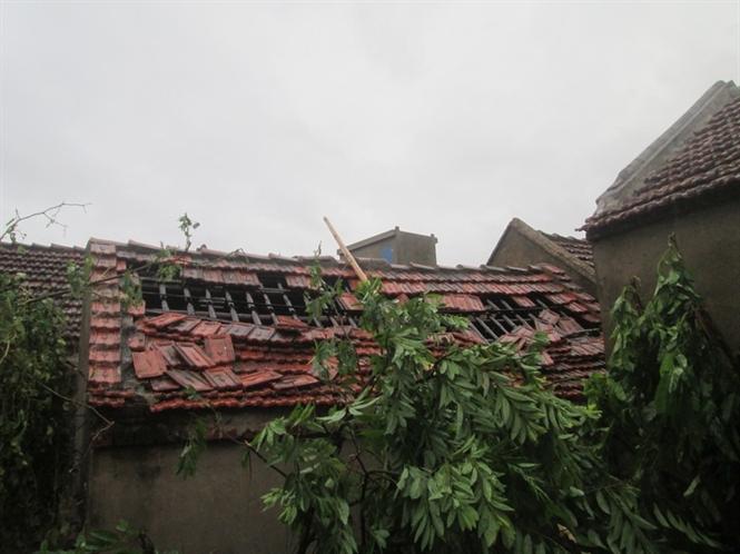 Nhiều ngôi nhà bị tốc mái .