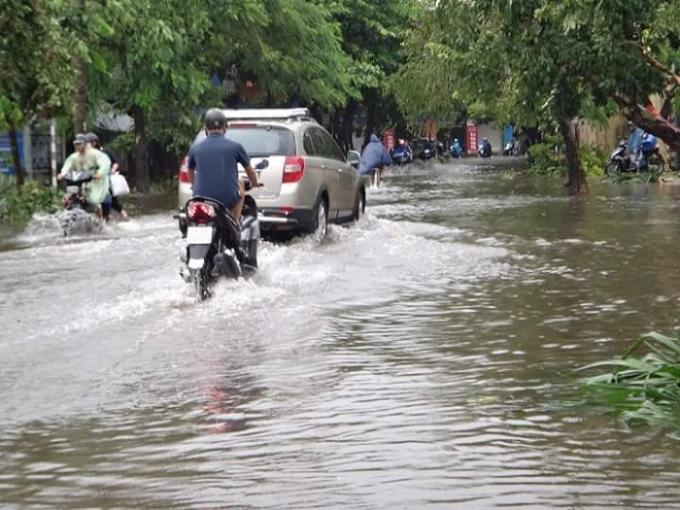 Trong mưa bão, nhiều tuyến phố bị ngập úng cục bộ. Ảnh: Duy Tám.