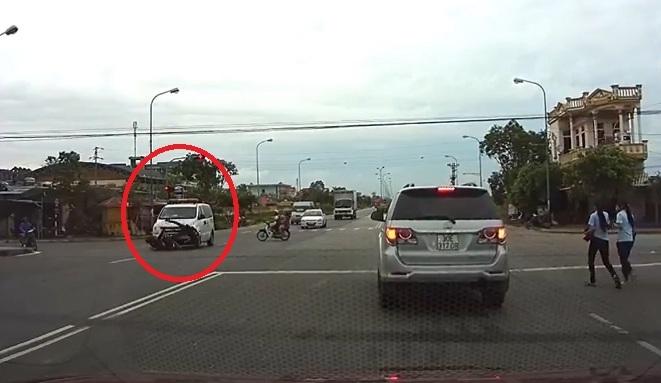 Chiếc xe cứu thương không bật còi ưu tiên nhưng vẫn vượt đèn đỏ đâm văng người đi xe máy.