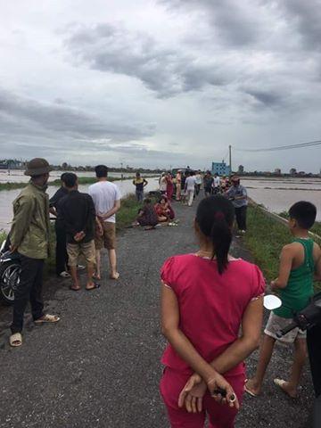 Người nhà nạn nhân tử vong do đâm vào cột điện đổ trong bão số 1 đau đớn bên người thân (ảnh: Facebook)