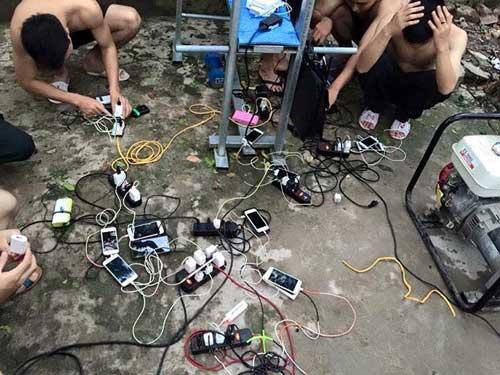 Người dân  chờ nhau sạc pin điện thoại khi có máy phát điện.