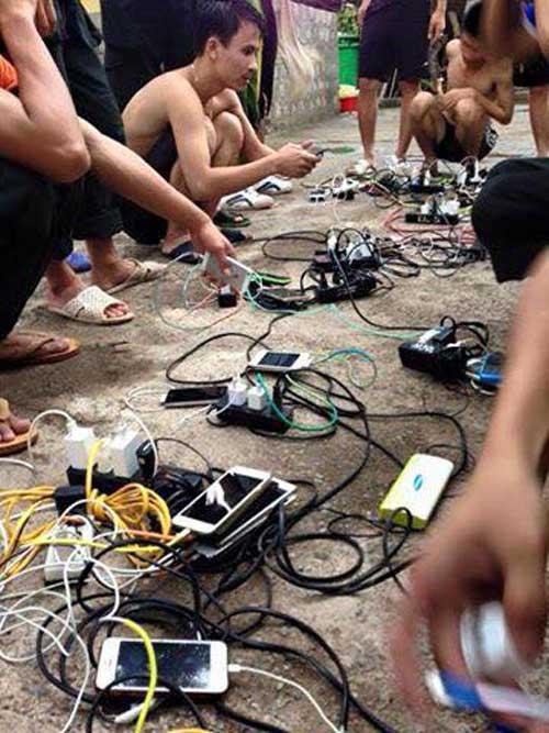 Có khoảng 25 điện thoại được đem sạc khi có máy phát điện