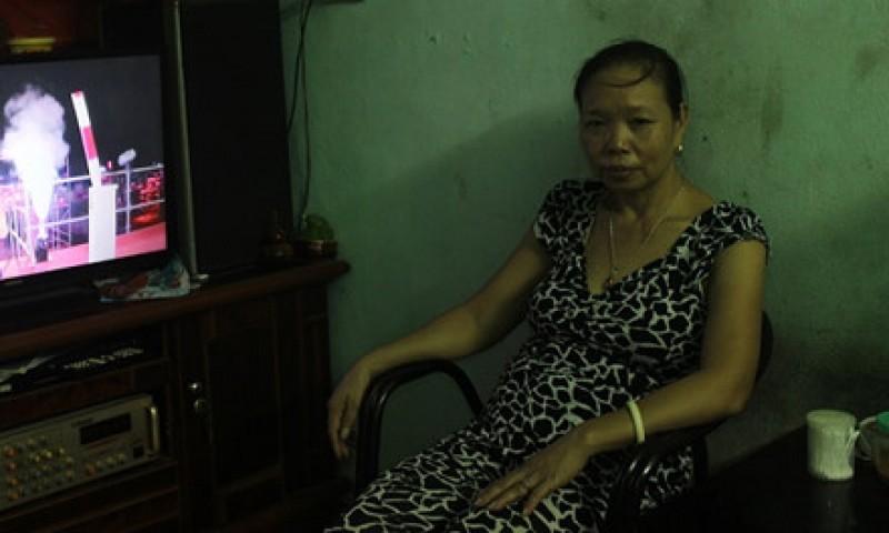 Chị Vũ Thị Tình hài lòng với chiếc ti vi mua từ chương trình phúc lợi iCare.