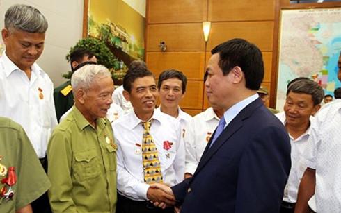 Phó Thủ tướng chúc sức khỏe những người có công của tỉnh Nam Định