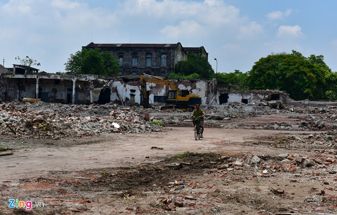 Sau nhiều ngày thi công phá bỏ, Nhà máy dệt Nam Định gần như đã bị san phẳng, để lại nhiều nỗi tiếc nuối cho người dân quanh vùng.