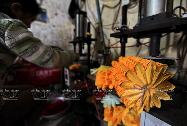 Những cánh hoa lụa vừa ra lò từ máy ép nhiệt.