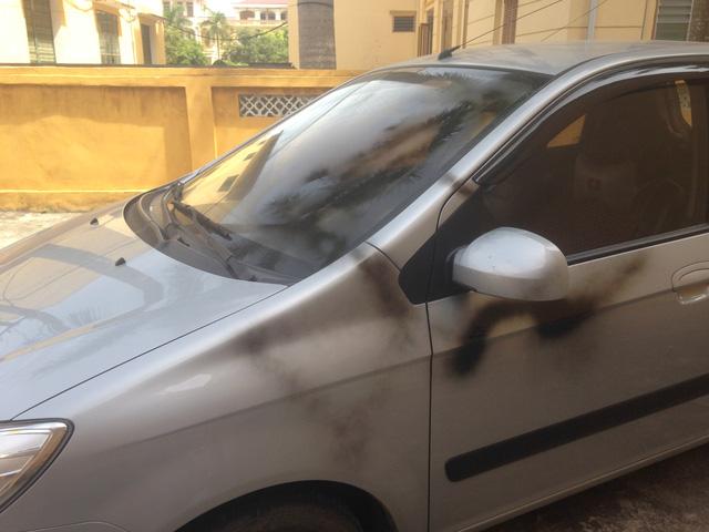 Xe ô tô của luật sư Trần Văn Lý (người bảo vệ quyền và lợi ích hợp pháp cho người bị hại) bị phụt sơn đen tại TAND huyện Trực Ninh sáng 11/7. ẢNh: X.T