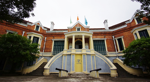 Khu nhà truyền thống – Bảo tàng Dệt may được xây dựng theo lối kiến trúc Pháp cổ nơi ghi dấu những trang sử vàng son của nhà máy dệt Nam Định.