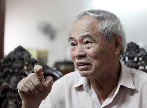 Ông Nguyễn Văn Sớm (công nhân nhà máy dệt Nam Định) bồi hồi kể lại thời kỳ khó khăn của nhà máy khi vừa đánh giặc vừa sản xuất.