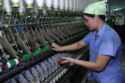 Công nhân Tổng công ty Dệt Nam Định hiện có mức thu nhập 3,4 triệu đồng. Ảnh: Trần Huấn.