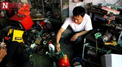 Anh Đỗ Ngọc Dương trong cửa hàng điện dân dụng của mình. Ảnh cắt ra từ Clip
