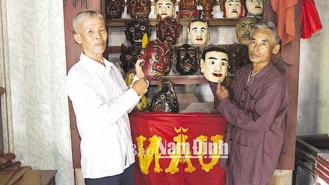 Một số đạo cụ, trang phục trong biểu diễn nghệ thuật múa Sơn Quân tại đền Trần, xã Trực Thái.
