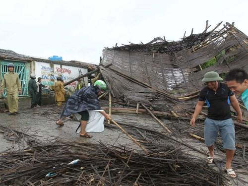 Các lực lượng vũ trang giúp người dân ven biển huyện Tiền Hải khắc phục nhà sập do ảnh hưởng của cơn bão số 1 gây ra