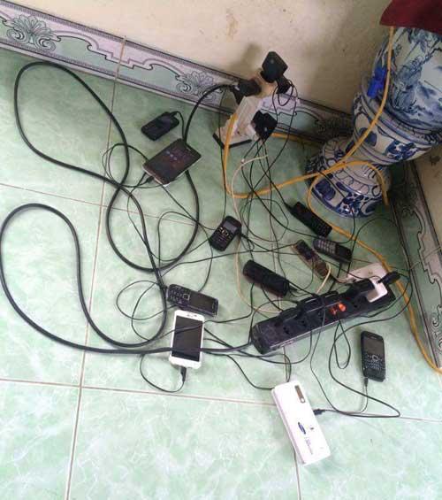 Khi có máy phát điện, các ổ cắm chằng chịt sạc pin điện thoại