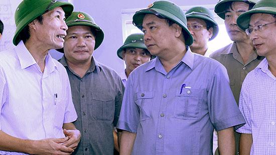 Lãnh đạo tỉnh Nam Định báo cáo Thủ tướng Nguyễn Xuân Phúc về việc vận hành bơm tiêu úng tại Trạm bơm Cốc Thành