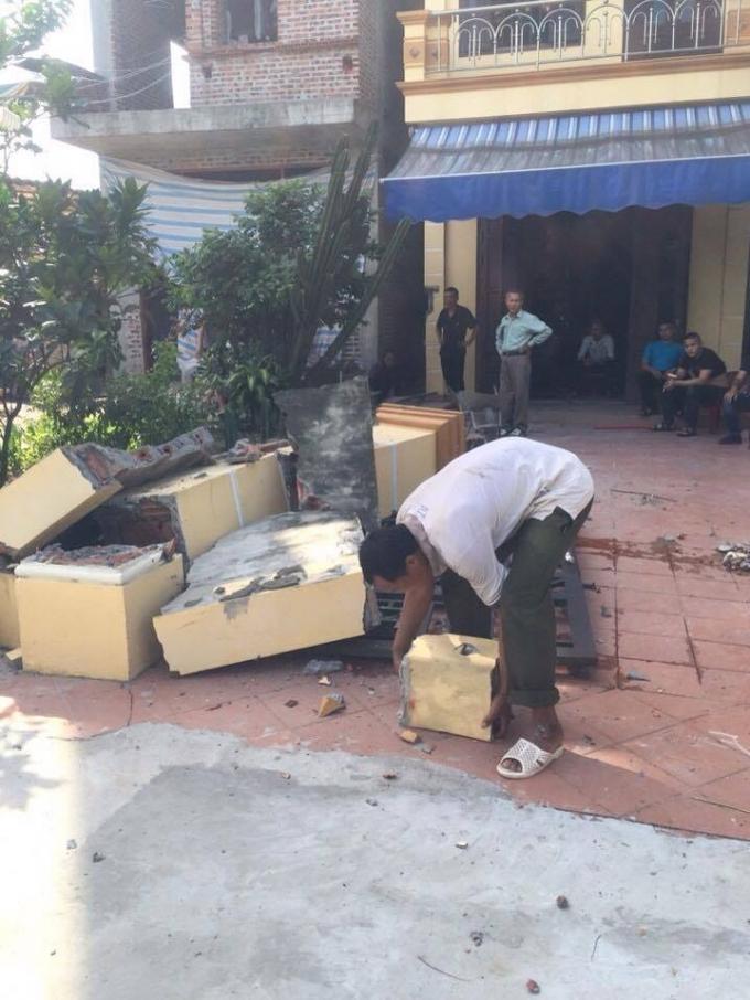 Ông Thanh và bà Hồng cho người đập tường và trụ cổng của căn nhà