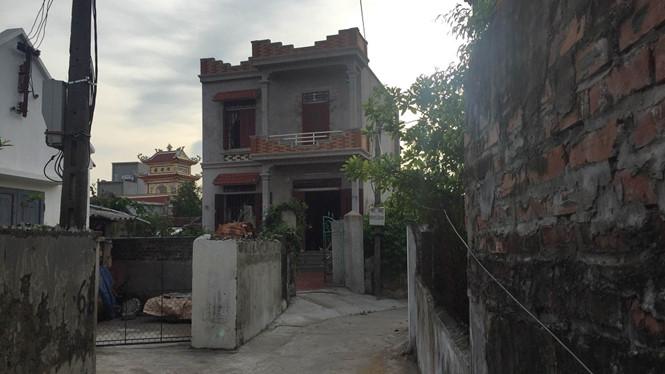 Ngôi nhà nơi hai chánh văn phòng và các con bạc bị bắt quả tang. (Ảnh: Thanh niên)