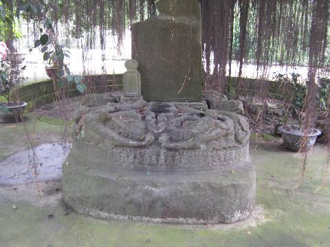 Bệ đá chạm rồng Thời Lý – báu vật của phế tích Chương Sơn, hiện đang được lưu giữ ở chùa Nề (Long Chương tự).