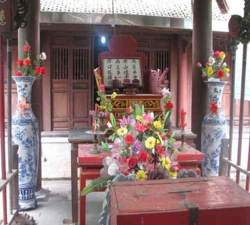 Bàn thờ trong đền ghi bài thơ của sứ Mông Cổ mà Trạng giải mã được.