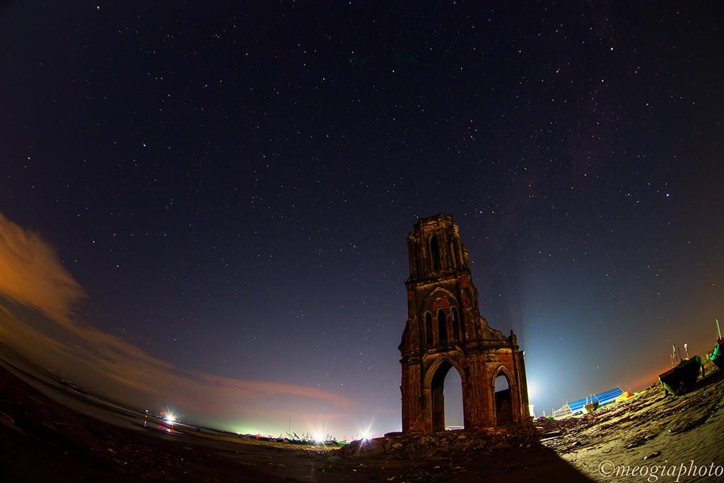 Nằm ở xã Hải Lý, huyện Hải Hậu, nhà thờ bị bỏ hoang từ năm 1996 và trở thành một điểm tham quan hút khách ở Nam Định. Trước đây, nơi này là một quần thể nhiều nhà thờ lớn nhỏ, nhưng bị nước biển xâm lấn. Tới giờ, chỉ còn một nhà thờ đổ nát giữa khung cảnh hoang vu.