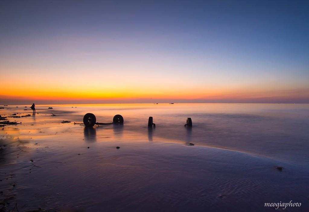 Đến đây, du khách còn được ngắm nhìn cảnh sinh hoạt thường ngày thú vị của những ngư dân vùng biển.  Khi mặt trời chưa lên, cả vùng trời nhuộm một màu tím hồng, những con sóng vỗ nhẹ mơn man .